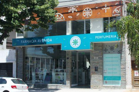 Frente de la Farmacia Avenida