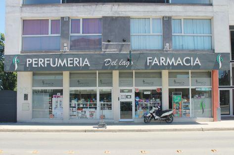 Frente de la Farmacia Del Lago