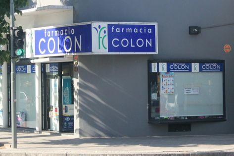 Frente de la Farmacia Colón