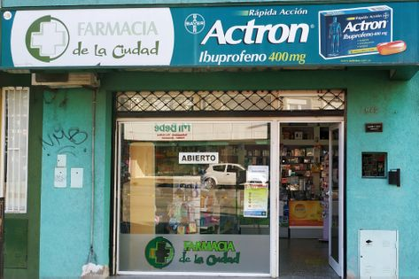 Frente de la Farmacia De la Ciudad