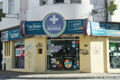Frente de la Farmacia Roma